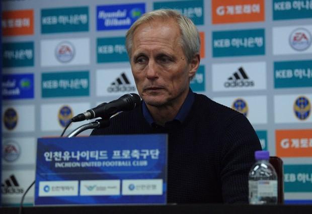 Đội nhà thua đậm, HLV Incheon không những không trách, còn dành lời khen này cho Công Phượng - Ảnh 3.