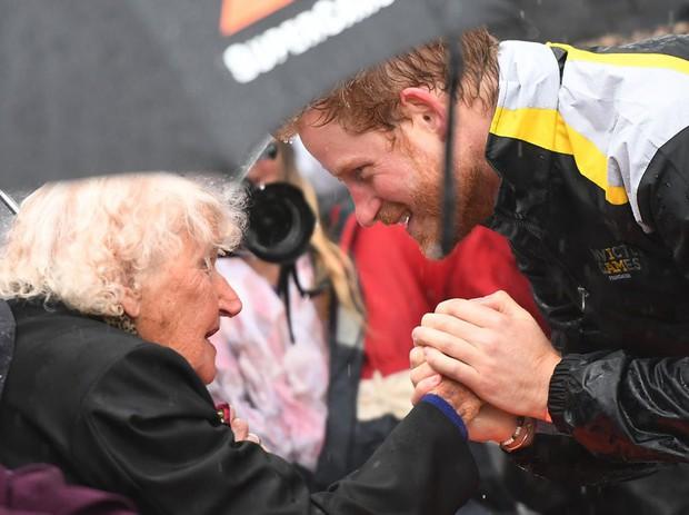 Người bạn đặc biệt kiêm fan hâm mộ nhiệt thành của hoàng tử Harry qua đời ở tuổi 99 - Ảnh 2.