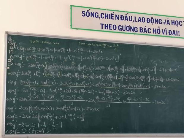 Chiếc bảng khiến học sinh chóng mặt đau đầu tự hỏi: Đây là tiếng nước gì và tôi đã làm thế nào để tốt nghiệp vậy? - Ảnh 1.