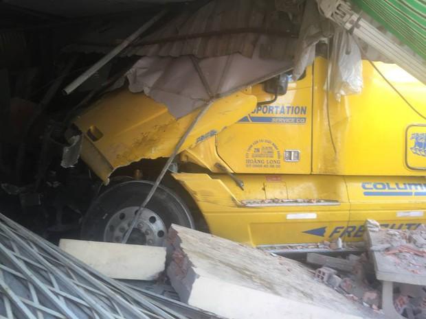 Tài xế vô tư say giấc trong cabin sau khi lái xe container tông sập 2 nhà dân - Ảnh 2.