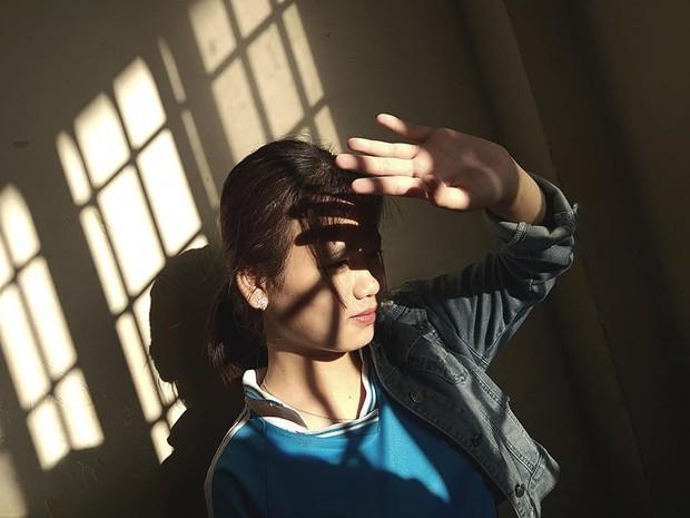 Đỉnh cao sống ảo của học sinh: Chỉ cần nắng chiếu qua cửa sổ cũng biến lớp học thành studio với loạt ảnh chất lừ - Ảnh 6.