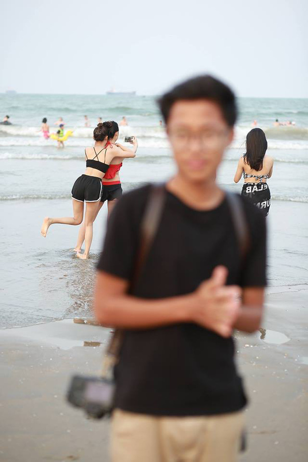 Chụp out nét lần đầu là lỗi của bạn, out đến lần thứ 4 thì phải xem đằng sau có gái xinh hay không - Ảnh 1.