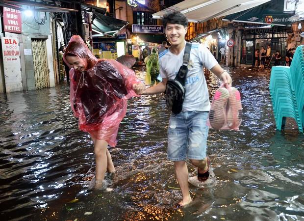 Hà Nội: Phố tây Tạ Hiện - Lương Ngọc Quyến mênh mông nước, nhiều cặp đôi phải cõng nhau di chuyển - Ảnh 12.