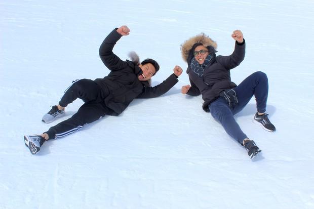 Anh em Quốc Cơ - Quốc Nghiệp diễn xiếc trên núi tuyết Canada, quyết tâm chinh phục cái lạnh -10 độ C - Ảnh 1.