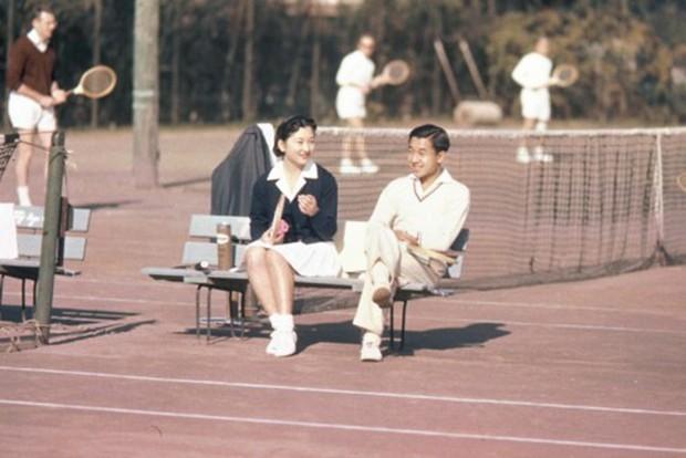 Ảnh: Chuyện tình vượt thời gian đáng ngưỡng mộ của Nhật hoàng Akihito - Ảnh 1.