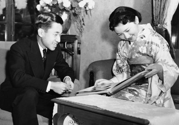 Ảnh: Chuyện tình vượt thời gian đáng ngưỡng mộ của Nhật hoàng Akihito - Ảnh 2.