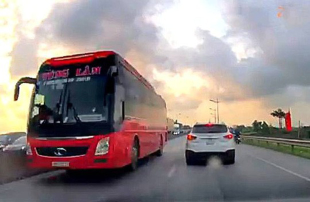 Xe khách giường nằm biển số Thanh Hóa phóng ầm ầm ngược chiều trên Quốc lộ 1  - Ảnh 2.