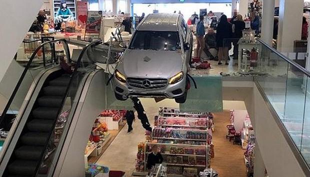 Ô tô lao vào trung tâm mua sắm Hamburg, Đức - Ảnh 1.