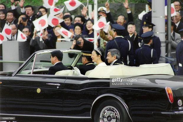 Hôm nay Nhật hoàng Akihito chính thức thoái vị, cùng nhìn lại những khoảnh khắc không thể nào quên khi ông đăng quang 30 năm trước - Ảnh 12.