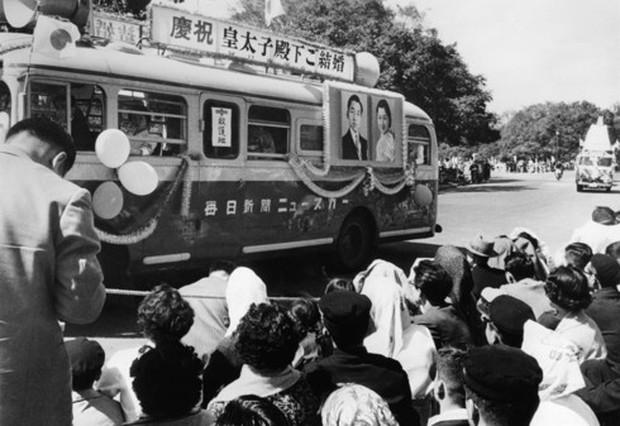 Ảnh: Chuyện tình vượt thời gian đáng ngưỡng mộ của Nhật hoàng Akihito - Ảnh 13.