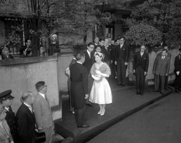 Ảnh: Chuyện tình vượt thời gian đáng ngưỡng mộ của Nhật hoàng Akihito - Ảnh 3.