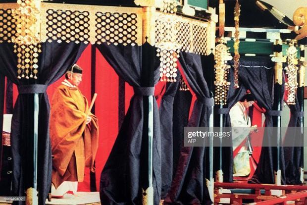 Hôm nay Nhật hoàng Akihito chính thức thoái vị, cùng nhìn lại những khoảnh khắc không thể nào quên khi ông đăng quang 30 năm trước - Ảnh 9.