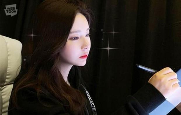 Nữ hoạ sĩ Webtoon 5,1 triệu lượt thích ở Hàn lần đầu lộ diện, body nóng bỏng của cô lấn át tất cả - Ảnh 2.