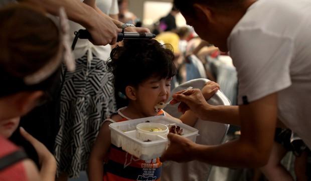 Bố mẹ Trung Quốc cho con làm mẫu nhí: Kiếm 35 triệu/ngày nhưng đổi lại là lịch làm việc như ngôi sao, cạnh tranh khốc liệt - Ảnh 3.
