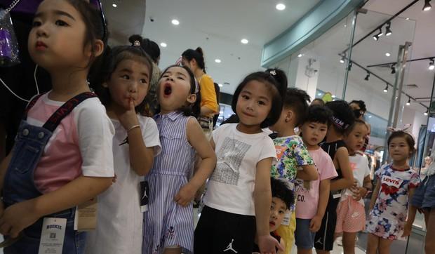 Bố mẹ Trung Quốc cho con làm mẫu nhí: Kiếm 35 triệu/ngày nhưng đổi lại là lịch làm việc như ngôi sao, cạnh tranh khốc liệt - Ảnh 1.