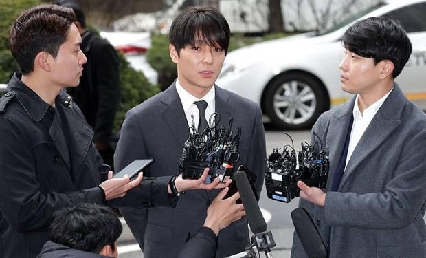 Tin nóng dồn dập: Choi Jong Hoon cuối cùng đã nhận tội, hôn thê tài phiệt của Yoochun bị bắt và trói tay giải về đồn - Ảnh 1.