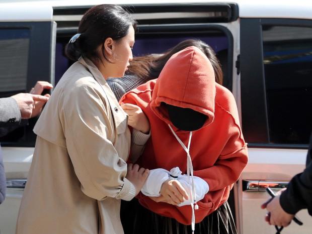 Tin nóng dồn dập: Choi Jong Hoon cuối cùng đã nhận tội, hôn thê tài phiệt của Yoochun bị bắt và trói tay giải về đồn - Ảnh 3.