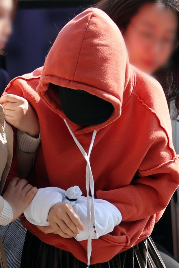 Tin nóng dồn dập: Choi Jong Hoon cuối cùng đã nhận tội, hôn thê tài phiệt của Yoochun bị bắt và trói tay giải về đồn - Ảnh 5.