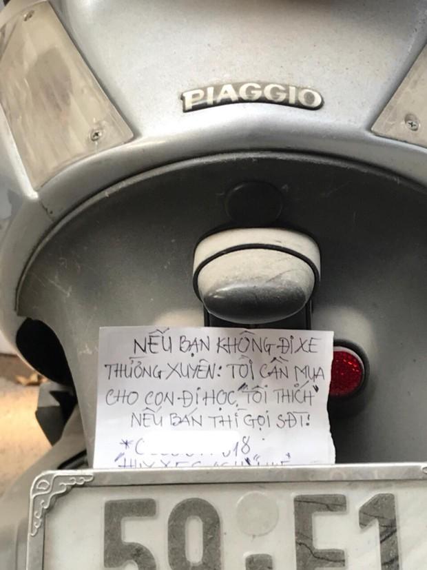 Cảm động mẩu giấy nhắn của chú công nhân để lại phía sau chiếc xe máy bám bụi: Nếu bạn không đi xe thường xuyên, tôi cần mua xe cho con đi học - Ảnh 2.