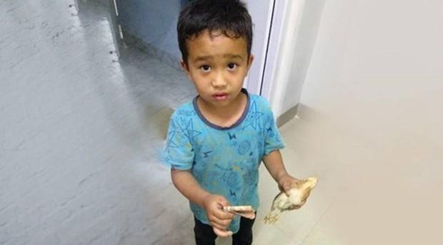 Cảm động cậu bé Ấn Độ đưa gà đi bệnh viện với tất cả số tiền mình có - Ảnh 1.