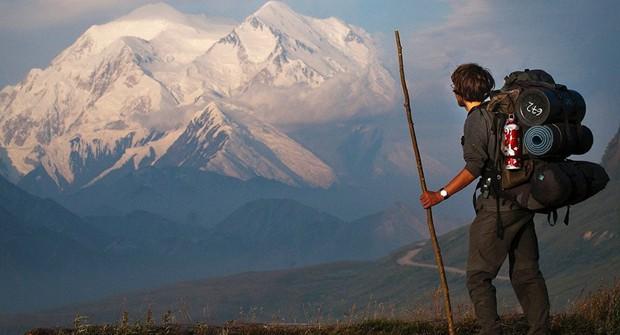 Băng tan để lộ 66 tấn chất thải trên đỉnh núi cao nhất Bắc Mỹ - Ảnh 1.