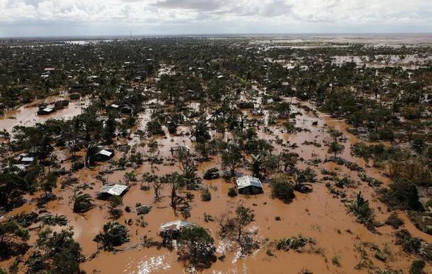 Lũ lụt không tới được bệnh viện, sản phụ đành trèo lên cây sinh con trong cơn bão Idai dữ dội - Ảnh 1.