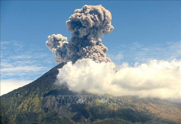 Núi lửa Agung tại Indonesia phun trào cột tro bụi cao 2.000m - Ảnh 1.