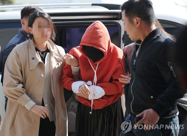 Tin nóng dồn dập: Choi Jong Hoon cuối cùng đã nhận tội, hôn thê tài phiệt của Yoochun bị bắt và trói tay giải về đồn - Ảnh 2.
