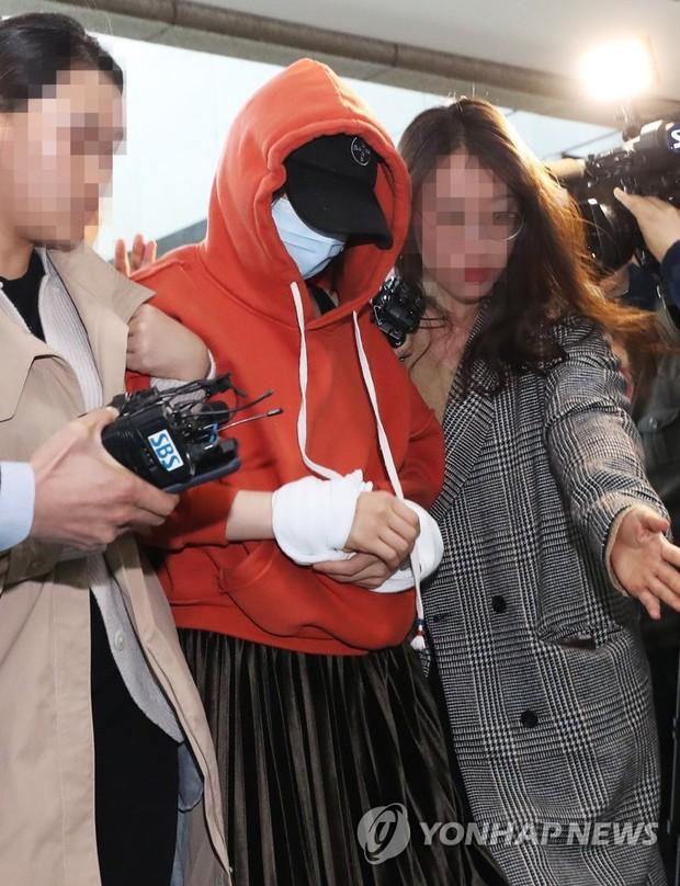Tin nóng dồn dập: Choi Jong Hoon cuối cùng đã nhận tội, hôn thê tài phiệt của Yoochun bị bắt và trói tay giải về đồn - Ảnh 4.