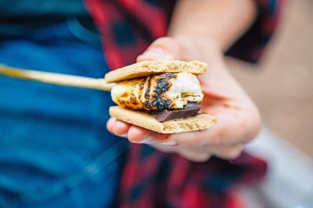 Smores: món bánh lạ lùng có tên thêm miếng nữa được sinh ra từ lửa trại của người Mỹ - Ảnh 1.