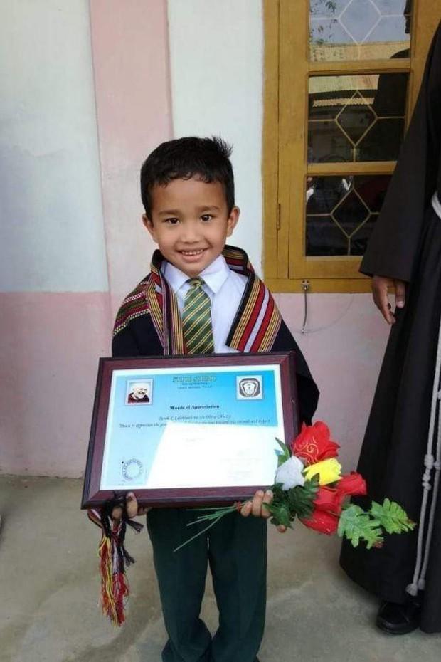 Cậu bé Ấn Độ dốc sạch tiền tiết kiệm để đưa gà con đi cấp cứu được tặng giấy khen - Ảnh 2.