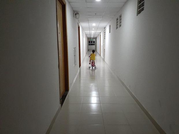 Sau vụ nguyên Viện phó VKS sàm sỡ bé gái, hàng loạt chung cư ở TP.HCM dán cảnh báo, nhắc nhau bảo vệ con - Ảnh 6.