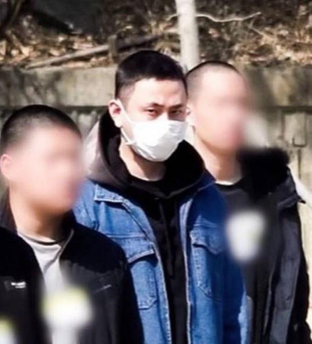 Lần đầu xuất hiện sau scandal dính dáng đến groupchat Jung Joon Young, cựu thành viên Highlight lộ ảnh tươi cười ngày nhập ngũ - Ảnh 1.