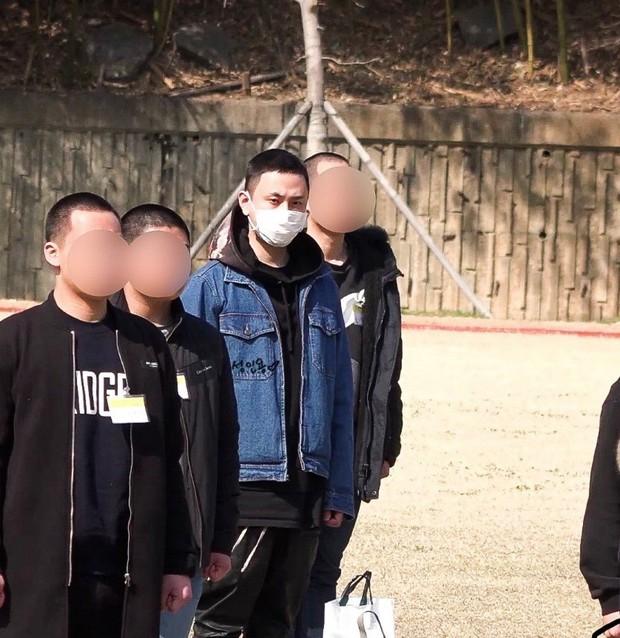Lần đầu xuất hiện sau scandal dính dáng đến groupchat Jung Joon Young, cựu thành viên Highlight lộ ảnh tươi cười ngày nhập ngũ - Ảnh 4.