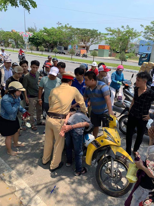 CSGT Đà Nẵng bắt nóng 2 thiếu niên cướp giật điện thoại của 2 phụ nữ chạy xe máy - Ảnh 1.