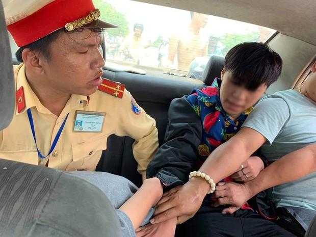 CSGT Đà Nẵng bắt nóng 2 thiếu niên cướp giật điện thoại của 2 phụ nữ chạy xe máy - Ảnh 3.