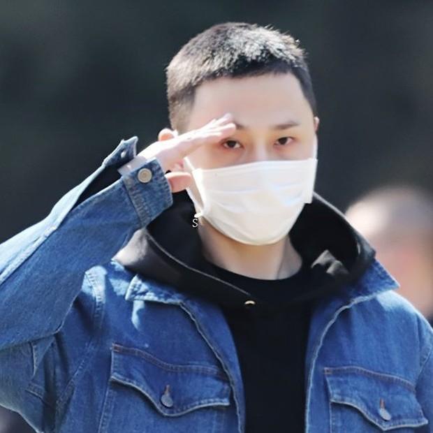 Lần đầu xuất hiện sau scandal dính dáng đến groupchat Jung Joon Young, cựu thành viên Highlight lộ ảnh tươi cười ngày nhập ngũ - Ảnh 6.