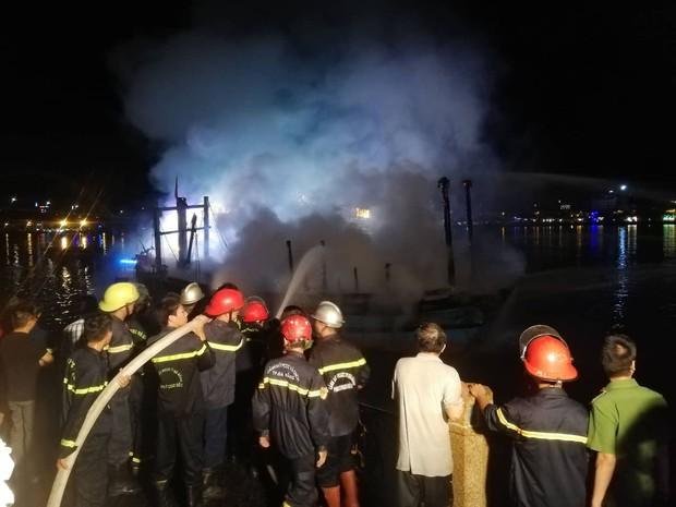 Tàu cá bốc cháy ngùn ngụt trên sông Hàn, ngư dân trắng tay vì gần tỷ đồng bị thiêu rụi - Ảnh 3.
