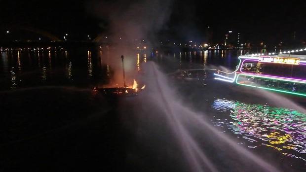 Tàu cá bốc cháy ngùn ngụt trên sông Hàn, ngư dân trắng tay vì gần tỷ đồng bị thiêu rụi - Ảnh 4.