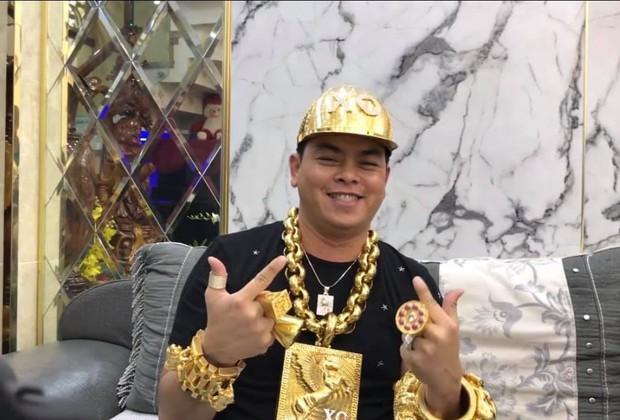 Đại gia Phúc XO chơi lớn mua mũ vàng nặng 2kg, được đính tên bằng 260 viên kim cương - Ảnh 1.