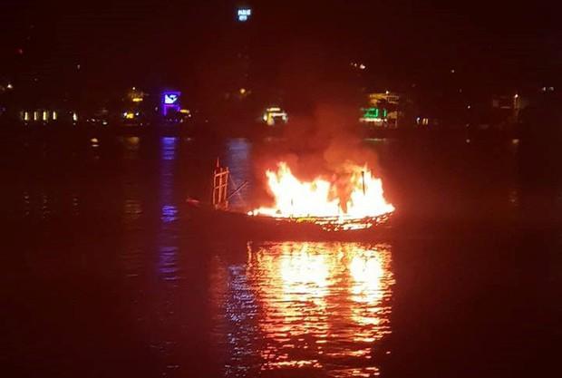 Tàu cá bốc cháy ngùn ngụt trên sông Hàn, ngư dân trắng tay vì gần tỷ đồng bị thiêu rụi - Ảnh 1.