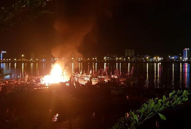 Tàu cá bốc cháy ngùn ngụt trên sông Hàn, ngư dân trắng tay vì gần tỷ đồng bị thiêu rụi - Ảnh 2.
