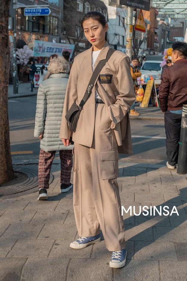 Biker short, suit màu be cùng hàng loạt hot trend bạn cần hóng từ street style của giới trẻ Hàn để lên đồ cho chuẩn mốt - Ảnh 6.