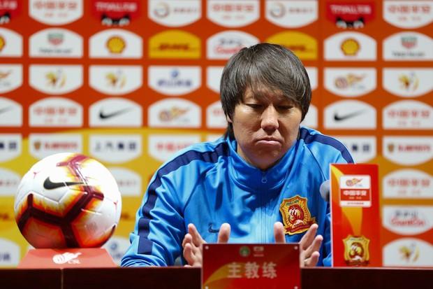 Chứng kiến mặt sân xấu như mặt ruộng, giải bóng đá số 1 Trung Quốc sốc nặng, vội vã hủy trận đấu - Ảnh 4.