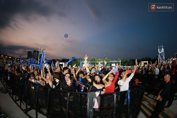 Đã lâu lắm rồi mới thấy trai xinh gái đẹp Sài Gòn tề tựu nhộn nhịp trong một lễ hội âm nhạc như tối qua! - Ảnh 2.