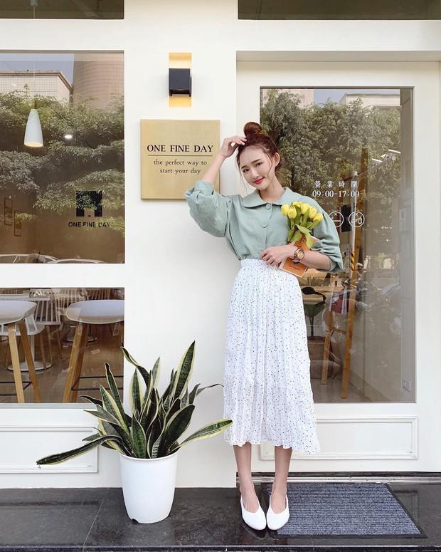 Chân váy dài + áo sơ mi: Combo luôn đúng giúp che mọi khuyết điểm từ bắp tay to, eo lớn, chân cong… cho nàng công sở - Ảnh 1.