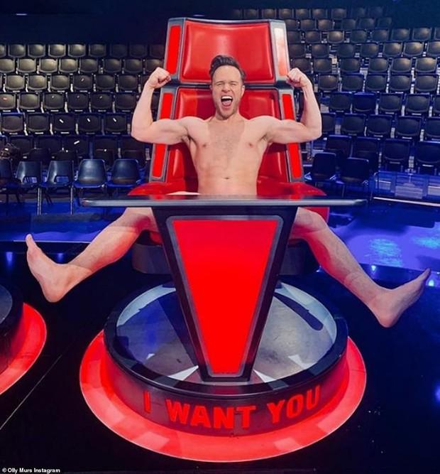 HLV The Voice Anh gây sốc khi... khỏa thân trên ghế nóng để ăn mừng chiến thắng của học trò - Ảnh 5.
