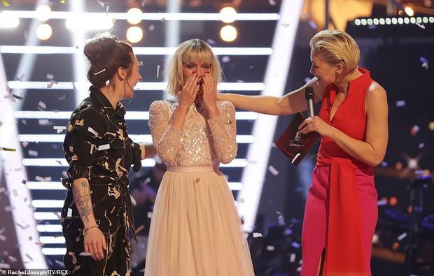 HLV The Voice Anh gây sốc khi... khỏa thân trên ghế nóng để ăn mừng chiến thắng của học trò - Ảnh 3.
