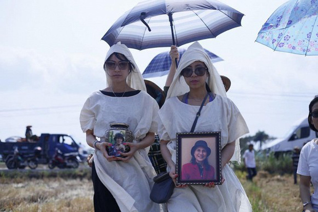 Kathy Uyên đội tang, đưa tro cốt mẹ qua đời tại Mỹ về quê nhà Tiền Giang an táng - Ảnh 1.