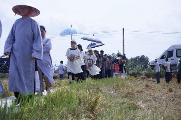 Kathy Uyên đội tang, đưa tro cốt mẹ qua đời tại Mỹ về quê nhà Tiền Giang an táng - Ảnh 2.